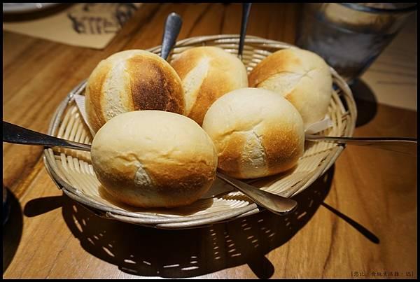 尼尼義大利餐廳-餐前麵包.JPG