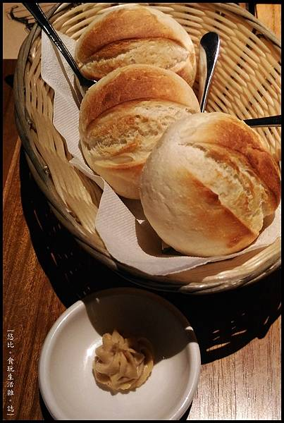 尼尼義大利餐廳-餐前麵包抹醬.jpg