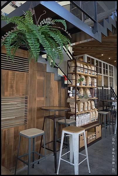 憲賣咖啡熱河店-座位-2.JPG