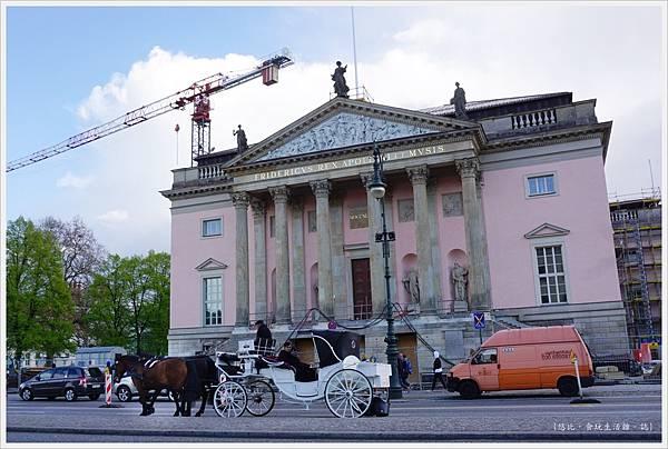 柏林-市區-37-柏林國立歌劇院前馬車.JPG
