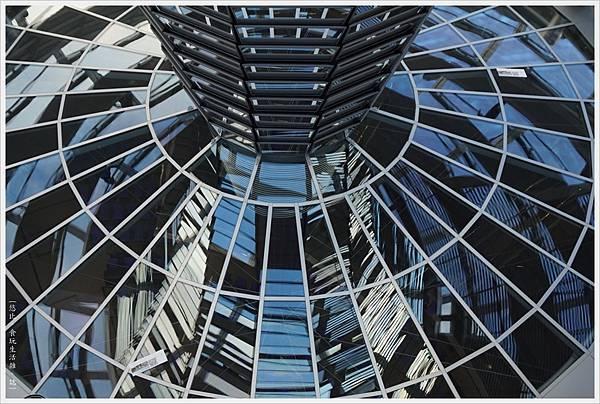 柏林-德國國會大廈-46-圓錐玻璃柱.JPG