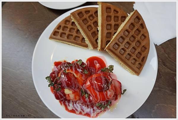 木門咖啡-29- 鮮草莓冰淇淋鬆餅.JPG