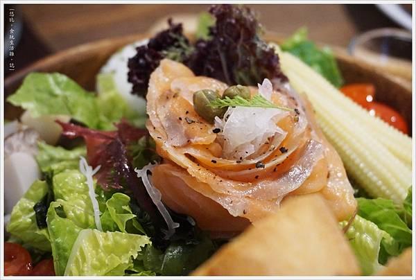 Hoyo-煙燻鮭魚沙拉-2.JPG
