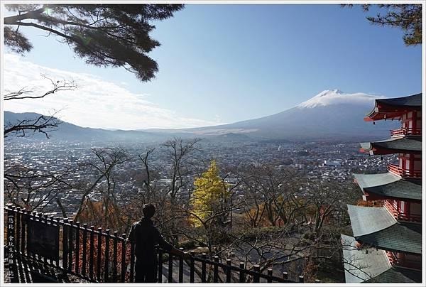 新倉山淺間公園-61-忠靈塔富士山.JPG