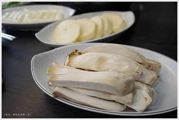 孔陵一隻雞-24-杏鮑菇.JPG