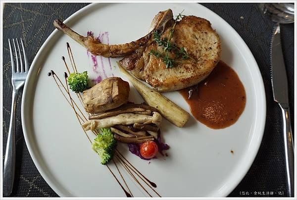 愛麗絲西餐廳-35-燒烤戰斧豬肋排佐藍莓醬.JPG