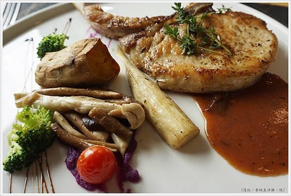 愛麗絲西餐廳-36-燒烤戰斧豬肋排佐藍莓醬.JPG
