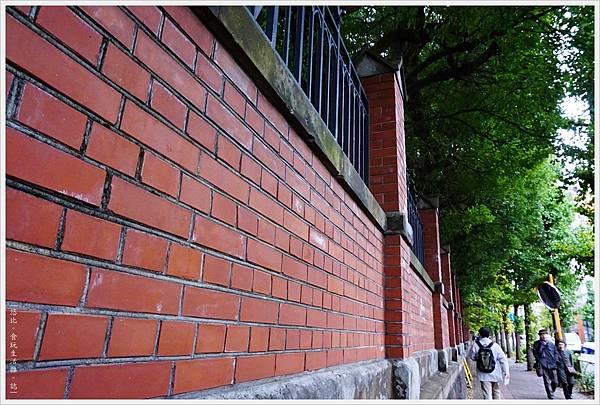 東大-27-紅磚牆.JPG