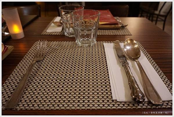 咕嚕好吃法式風味廚坊-4-餐桌.JPG