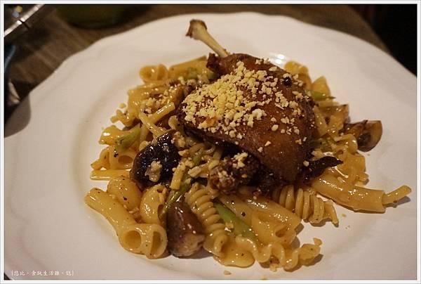 農人餐桌-49-油封鴨腿蘑菇綜合麵.JPG