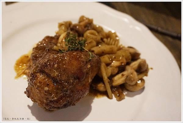 農人餐桌-61-芥末籽蘑菇燉咕咕雞麵.JPG