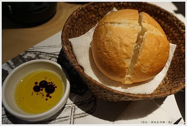 荳牛柴燒牛排餐廳-24-麵包.JPG