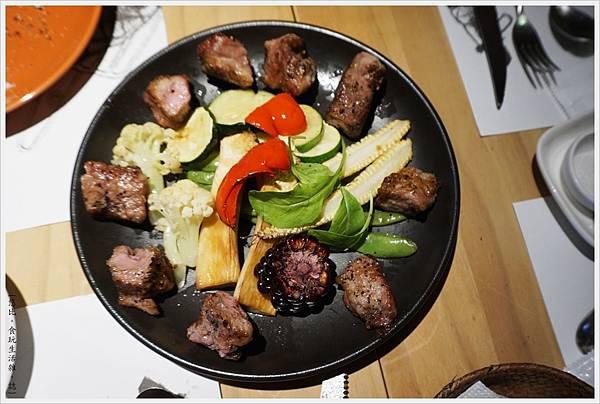 荳牛柴燒牛排餐廳-37-Donio柴燒風味伊比利豬肉串.JPG