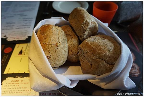 艾朋牛排-4-麵包.JPG