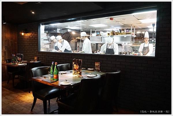 艾朋牛排-24-廚房.JPG