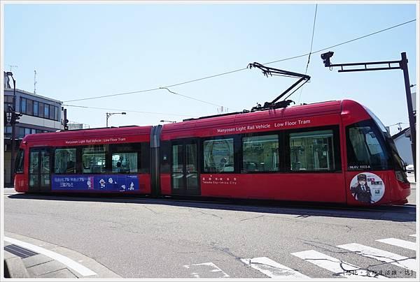 高岡-2-電車.JPG