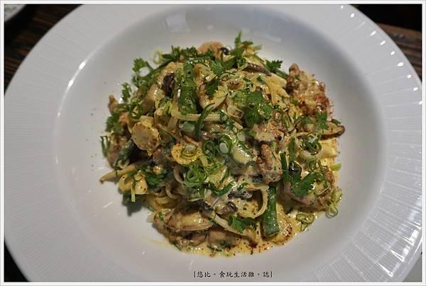 吃東西-23-鹹蛋黃奶油蕈菇雞肉麵.JPG