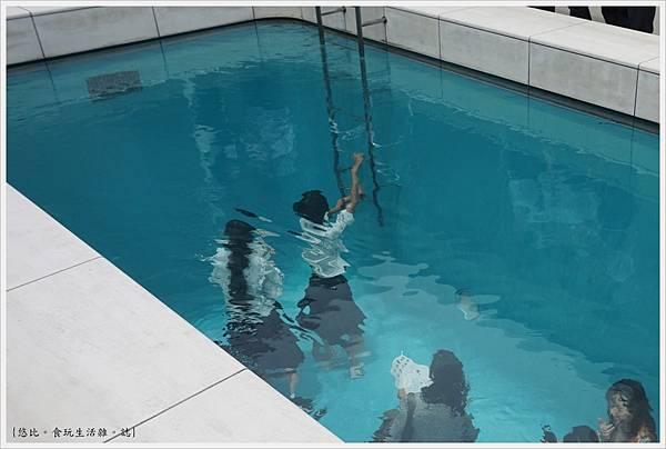 21世紀美術館-52-游泳池.JPG