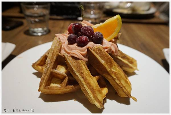 黑浮咖啡台中-43-野莓森林鬆餅.JPG