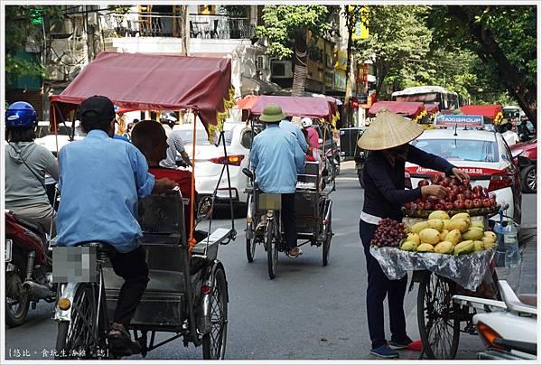河內-7-街頭賣水果.JPG