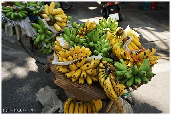 河內-9-街頭賣水果.JPG