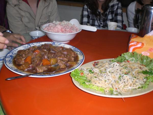 因為太餓了...只拍了前兩道菜XD 左邊的是像牛肉的豬肉