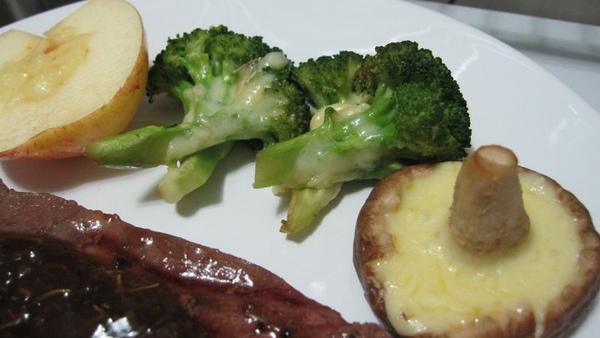 我們家的原則,吃到肉就要吃菜....jpg