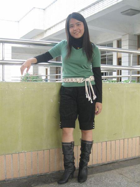 F.F.F.F短袖針織上衣+黑套頭牛奶絲+F.F.F.F七分褲+AS靴子+korsica蓬蓬裙的腰帶