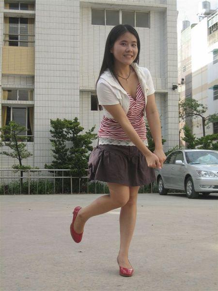 3年2班紅色小可愛+東海小白外套+NM裙子+東寧路鞋子