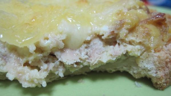 炒蛋沒成功之後,放一些乳酪絲進去讓他稍微融化,然後裝在土司上,再撲一層起司進烤箱,你看看那個融化的起司,好可口呀!.jpg