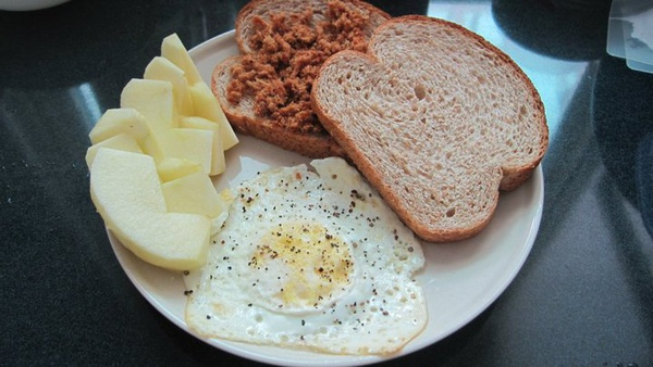早餐類六號--全麥肉鬆蛋土司+蘋果.jpg