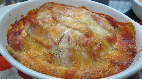 將榨柳丁的殘局收拾差不多之後,熱騰騰的焗烤千層麵也出爐囉!