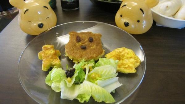 還有小熊維尼陪伴用餐....jpg