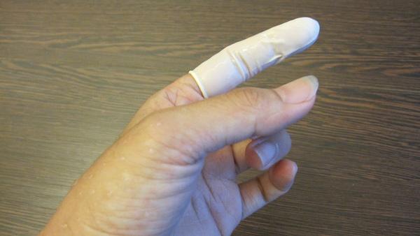 雖然削到食指,戴指頭套還可以繼續做事不怕沾到水.jpg