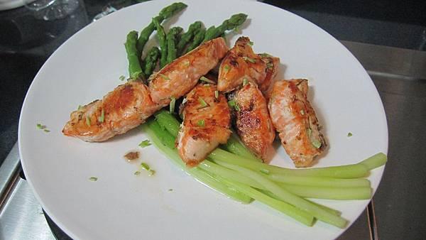 配菜類三十一號--香煎飛躍蘆筍鮭魚