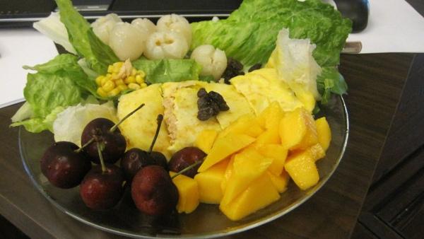早餐類四號--春捲鮪魚玉米蛋+水果蔬菜沙拉.jpg