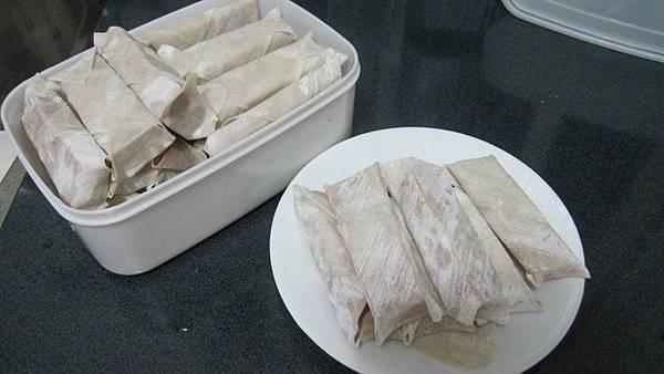 賣餛飩皮的老闆建議我先把全部都包好之後再進冷凍庫,到時候要吃就直接拿出來炸即可。.jpg