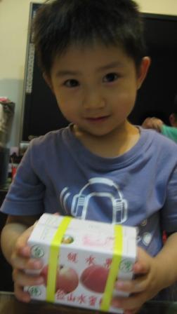 3歲小朋友拿一箱水果