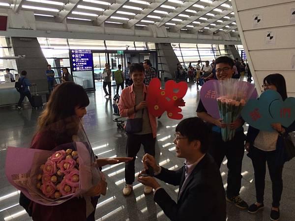 機場下跪求婚