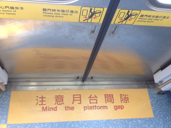 車廂上下車注意月台間隙