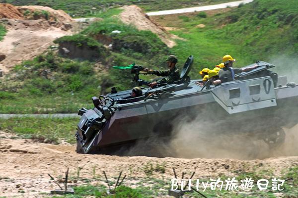 翔翔坐裝甲車004.jpg