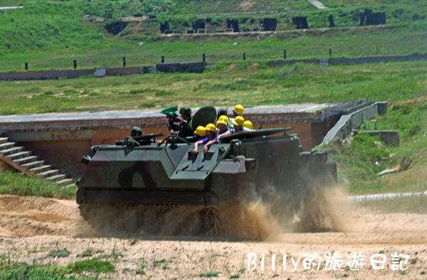 翔翔坐裝甲車005.jpg