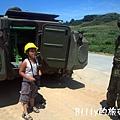 翔翔坐裝甲車001.jpg