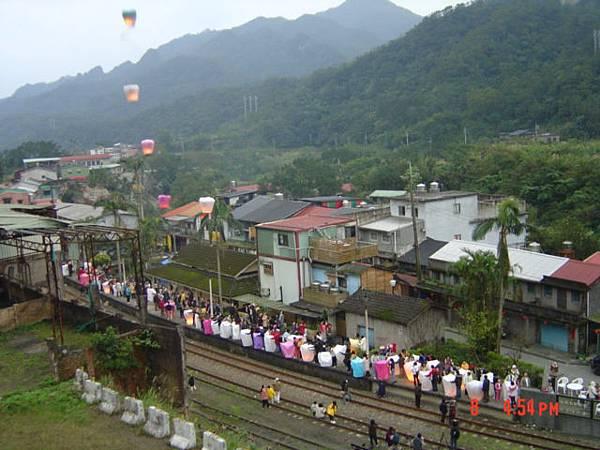 05 菁桐車站,群眾放天燈