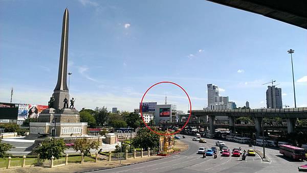 勝利紀念碑圓環,紅圈處為下行人天橋的地方