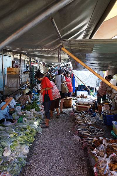 這裡就是菜市場,有賣菜和賣魚