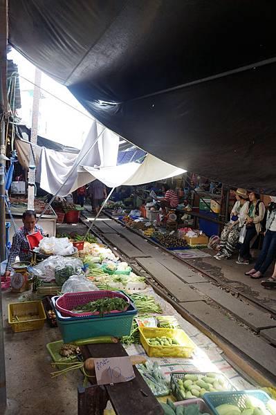 菜市場的鐵路旁多了正在休息與等待的觀光客