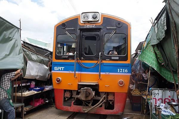 擦身而過的火車,有觀光客在車尾拍照