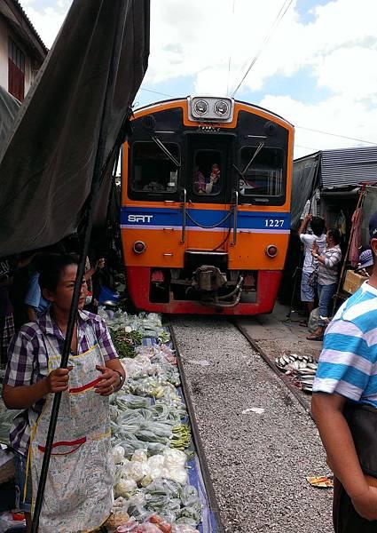 注意鐵軌旁的蔬菜攤,根本是在火車底下