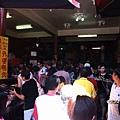 廣安宮廚房前的人潮